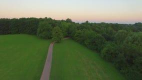 Abstrakter Architekturhintergrund Schöner Stadtpark mit einer Ansicht von der Spitze stock video