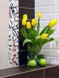 Abstrakter Aufbau mit Blumen Stockfotos