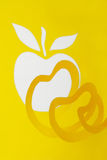 Abstrakter Ausschnittgelbapfel und -rinde Lizenzfreies Stockbild