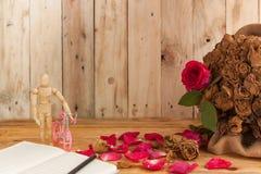Abstrakter Begriff trocknete Marionetten und Fahrräder der roten Rosen auf dem Anflehung Lizenzfreie Stockfotos