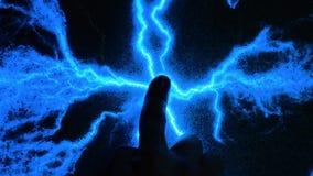 Abstrakter blauer Blitz Ein Mann berührt seine Hand zum Strom Aurascan, menschliches elektromagnetisches Feld Überprüfung