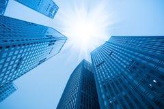 Abstrakter blauer Gebäudewolkenkratzer Stockbilder