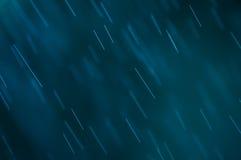 Abstrakter blauer Hintergrund, fallende Wassertropfen stockbild