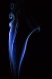 Abstrakter blauer Rauch wirbelt über schwarzen Hintergrund Lizenzfreies Stockfoto