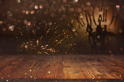 Abstrakter bokeh Hintergrund und eine Uhr vor einem Holztisch Stockbilder