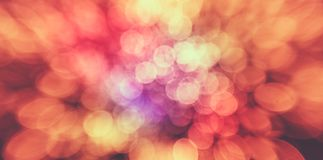 Abstrakter bunter Hintergrund mit warmen Farben Bokeh beleuchtet heraus Stockbild