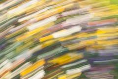 Abstrakter bunter Hintergrund von unscharfen diagonalen langen gelben, grünen, blauen, weißen, purpurroten und roten Anschlägen Stockfoto