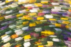 Abstrakter bunter Hintergrund von unscharfen kurzen gelben, grünen, blauen, weißen, purpurroten und roten Anschlägen Lizenzfreies Stockfoto