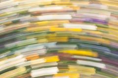 Abstrakter bunter Hintergrund von unscharfen langen gelben, grünen, blauen, weißen, purpurroten und roten Anschlägen Stockfotos