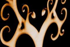 Abstrakter dekorativer hölzerner Baum auf schwarzem Hintergrund Stockfotografie