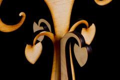 Abstrakter dekorativer hölzerner Baum auf schwarzem Hintergrund Stockfoto