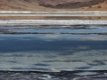 Abstrakter Designhintergrund von den verschiedenen Farbstreifen des blauen Sees, des weißen Steinsalzes und der rosa Berge Lizenzfreie Stockfotos