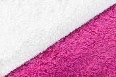 Abstrakter diagonaler Hintergrund weißen und purpurroten Terry-Stoffes lizenzfreies stockbild