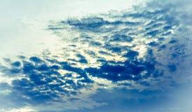 Abstrakter dunkelblauer Himmel und Wolke Stockfotos