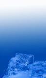 Abstrakter eisiger strukturierter dekorativer Rahmen Gefrorenes Kristallelement auf blauem weißem Steigungshintergrund Nahaufnahm Stockfotografie