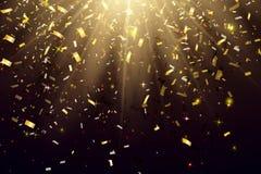 Abstrakter eleganter glänzender Hintergrund mit fallenden glänzenden Goldfunkeln-Konfettis Auch im corel abgehobenen Betrag Stockbilder