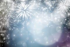 Abstrakter Feiertagshintergrund mit Feuerwerken und funkelnden Lichtern Lizenzfreie Stockfotos