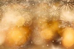 Abstrakter Feiertagshintergrund mit Feuerwerken und funkelnden Lichtern Lizenzfreies Stockfoto