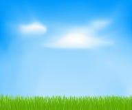 Abstrakter Frühlingshintergrund mit Himmel, Wolken, grünes Gras Stockbild