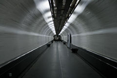 Abstrakter gehender Tunnel Lizenzfreie Stockfotografie