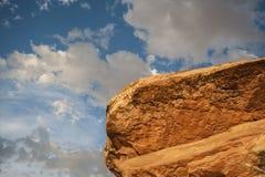 Abstrakter, gelber Felsen, blauer Himmel Lizenzfreies Stockfoto