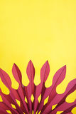 Abstrakter gelber und purpurroter Papierhintergrund Stockbild
