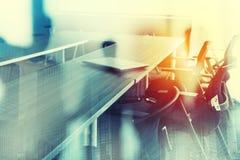 Abstrakter Geschäftshintergrund mit Konferenzzimmer Doppelte Berührung lizenzfreies stockfoto