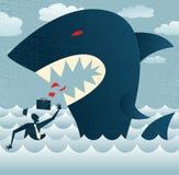 Abstrakter Geschäftsmann fällt Opfer zu einem enormen Haifisch. Lizenzfreies Stockfoto