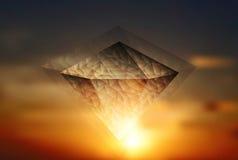 Abstrakter glänzender Diamant auf dem Himmelhintergrund Stockbild