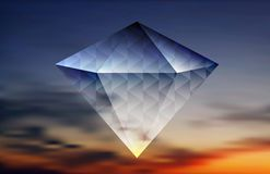 Abstrakter glänzender Diamant auf dem Himmelhintergrund Lizenzfreie Stockfotos
