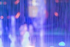 Abstrakter glühender Unschärfehintergrund mit den blauen, violetten, purpurroten Farben stockfotografie
