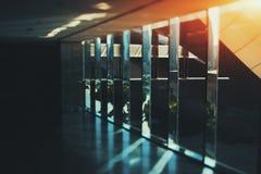 Abstrakter Glas- und Chrombüroinnenhintergrund mit Sonnenra Lizenzfreies Stockbild