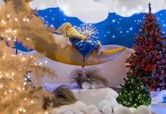 Abstrakter Gnom, der auf dem Mond nah an Weihnachtsbaum schläft Stockbild