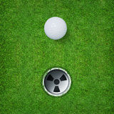 Abstrakter Golfsporthintergrund des Golfballs und des Golflochs auf Hintergrund des grünen Grases Stockfoto