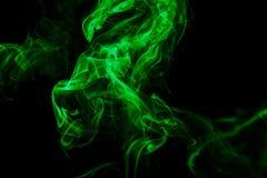 Abstrakter grüner Rauch von den aromatischen Stöcken Stockfotos