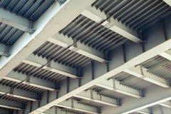 Abstrakter grauer Stahlbau mit Strahlen und Bolzen Lizenzfreie Stockfotografie
