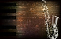Abstrakter Grungeklavierhintergrund mit Saxophon Lizenzfreies Stockfoto