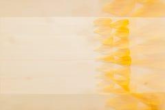 Abstrakter hölzerner Hintergrund mit den gelben Blumenblumenblättern Hintergrund Muster Stockbilder