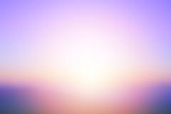 Abstrakter heller Sonnenuntergang mit De fokussierter Sonne beleuchtet unscharfen Hintergrund stockbild