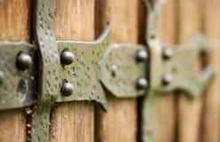 Abstrakter Hintergrund, auf dem ein langes Eisen Bolzen auf hellem Br schmiedete Lizenzfreie Stockbilder