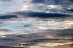 Abstrakter Hintergrund, blauer Himmel mit dunklen Cumulonimbuswolken Stockfotos