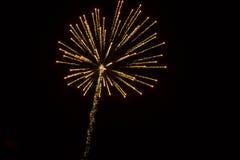 Abstrakter Hintergrund: Blendungsfuzzy golden fireworks mit Spur Stockbild
