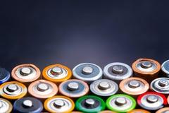 Abstrakter Hintergrund der Energie von bunten Batterien Stockfoto