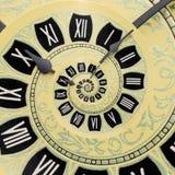 Abstrakter Hintergrund der gelben Retro- alten Uhrspirale Antiker Uhr Fractalhintergrund Surreale Uhr der Zeitspirale stockfotografie