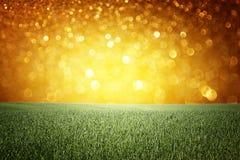 Abstrakter Hintergrund der goldenen Lichter. oder Sommerhintergrund von Funkelnlichtern Stockbild