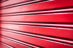 Abstrakter Hintergrund der roten Metallstreifen. Stockbild