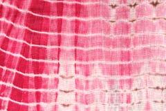 Abstrakter Hintergrund der roten, weißen und rosa Bindung - färben Sie Stoff Lizenzfreies Stockfoto