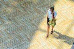 Abstrakter Hintergrund der Unschärfe in der Bewegungszahl einer jungen Frau Lizenzfreie Stockbilder