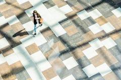 Abstrakter Hintergrund der Unschärfe in der Bewegungszahl einer jungen Frau Stockfotos