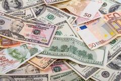 Abstrakter Hintergrund des Geschäfts - Banknoten der Dollar- und Euronahaufnahme, zerstreut auf Planum Stockbilder